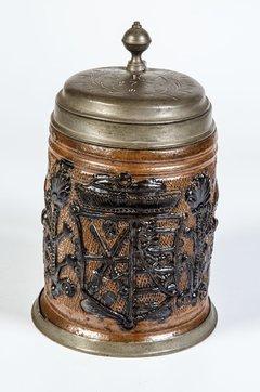 Großer Walzenkrug mit Zinnmontierung und dem Wappen von Kursachsen